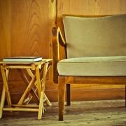 Opruimen van oude stoel in huis