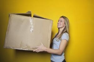 vrouw met verhuisdoos in handen